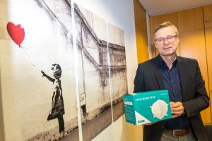 Bürgermeister Otto Steinkamp spendet knapp 5.000 FFP2-Masken an Wallenhorsts Partnergemeinden Priverno und Stawiguda. Foto: Gemeinde Wallenhorst / André Thöle