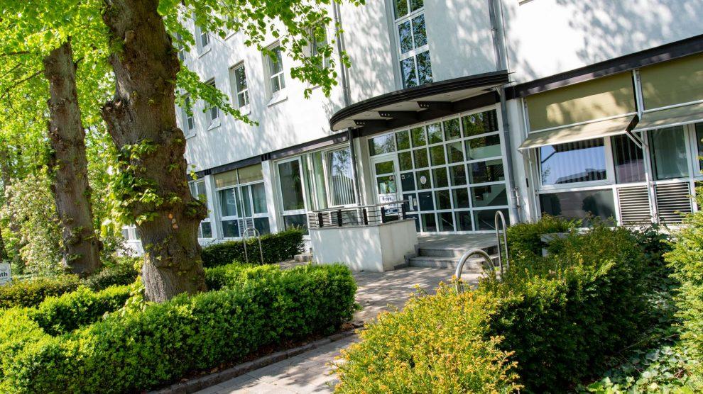 Besucherinnen und Besucher werden in dringenden Fällen nach Terminvereinbarung am Seiteneingang des Rathauses empfangen. Foto: André Thöle