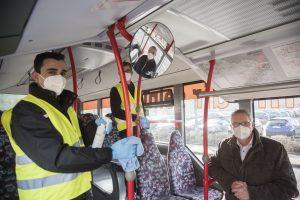 Kreisrat Dr. Winfried Wilkens und Hubert Borgelt (im Rückspiegel), Geschäftsführer Schrage Reisen, begleiten ein Bus-Hygieneteam. Foto: Landkreis Osnabrück / Uwe Lewandowski