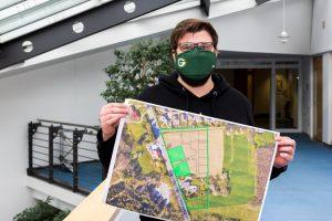 Zwei Baugrundstücke für Mehrfamilienhäuser vergibt die Gemeinde Wallenhorst im Ortsteil Lechtingen, wie Martin Wendland vom Fachbereich Planen Bauen Umwelt hier zeigt. Foto: André Thöle / Gemeinde Wallenhorst