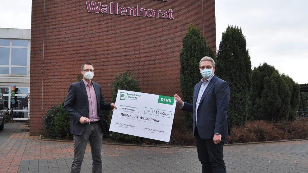 Schulleiter Stefan Schmidt (Realschule Wallenhorst, links) erhält den symbolischen Scheck von Guido Tepe (DEVK). Foto: René Sutthoff