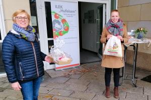 Gewinnerin Maria-Anna Bellmann aus Wallenhorst erhält Gutscheine von Regionalmanagerin Mona Berstermann. Foto: pro-t-in GmbH