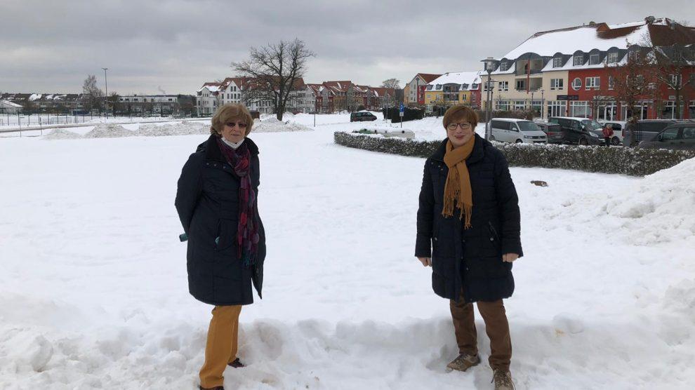 """Marlen Beyer und Marlene Posnin (CDW) auf der """"Grünen Wiese"""" im Zentrum von Wallenhorst. Foto: CDW"""