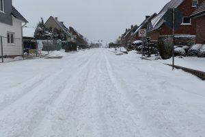 Die zugeschneite Talstraße im Wallenhorster Ortsteil Hollage-Ost. Foto: Rothermundt / Wallenhorster.de
