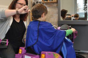 Eine verrückte Idee der Crazy Windows im vergangenen Jahr: Im Salon Brünger wurden Kinder kurz vor dem ersten Corona-Lockdown im März 2020 mit einem Mini-Autoskooter vom Gasthaus Beckmann begrüßt. Foto: Wir für Wallenhorst