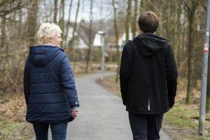 """""""Walk & Talk"""": In lockerer Atmossphäre können Jugendliche sich bei einem Spaziergang mit den MaßArbeit-Ausbildungslotsen, wie hier in Wallenhorst mit Kristina Flaßpöh-ler, austauschen. Dabei geht es um die berufliche Zukunft, aber auch um sonstige Anliegen. Foto: MaßArbeit / Uwe Lewandowski"""