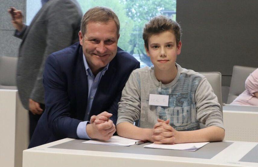 Vor zwei Jahren noch in Präsenz: Guido Pott (MdL) mit Schüler Neal Eßlage auf der Regierungsbank am Platz des Ministerpräsidenten. Foto: Büro Guido Pott