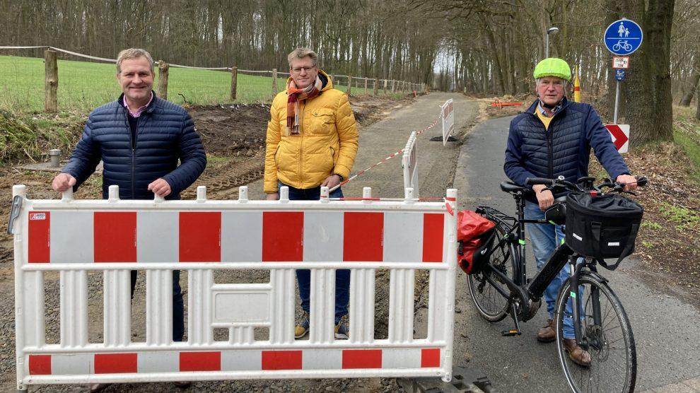 Die SPD-Ratsmitglieder (v.l.) Guido Pott, Hauke Klein und Hubert Pohlmann freuen sich über den bereits gut sichtbaren Baufortschritt. Foto: SPD Wallenhorst