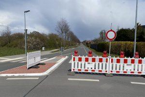 Der Pyer Kirchweg in Wallenhorst ist nun für längere Zeit für den Durchgangsverkehr gesperrt. Foto: Rothermundt / Wallenhorster.de