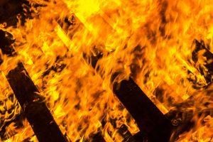 Mehrere Paletten in Hollage an der Ziegelei in Brand gesetzt. Die Polizei sucht Zeugen. Symbolfoto: Paweł Szmajduch / Pixabay