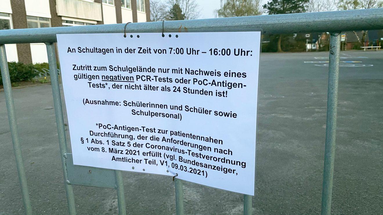 Hinweisschild am Schulhof der Johannisschule im Wallenhorster Ortsteil Hollage-Ost. Foto: Rothermundt / Wallenhorster.de