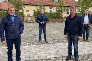 Die SPD-Ratsmitglieder Martin Lange (v.l.), Guido Pott, Hans Stegemann und Hubert Pohlmann freuen sich gemeinsam über die Umgestaltung im Wallenhorster Zentrum. Foto: SPD Wallenhorst