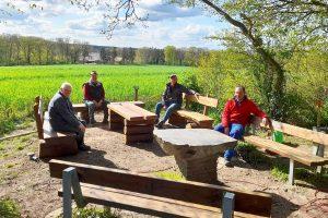 Neue Bänke stellten Johannes Holtmeyer, Manfred Haustermann, Helmut und Peter Glose (von links) am Kolping-Eck auf. Foto: Kolpingsfamilie Hollage