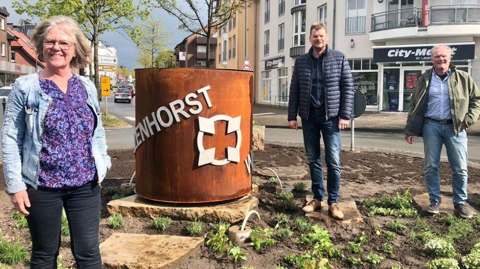 Marion Müssen, Stefan Düing und Helge Nestler am frisch umgestalteten Kreisel in Wallenhorst. Foto: CDW Wallenhorst