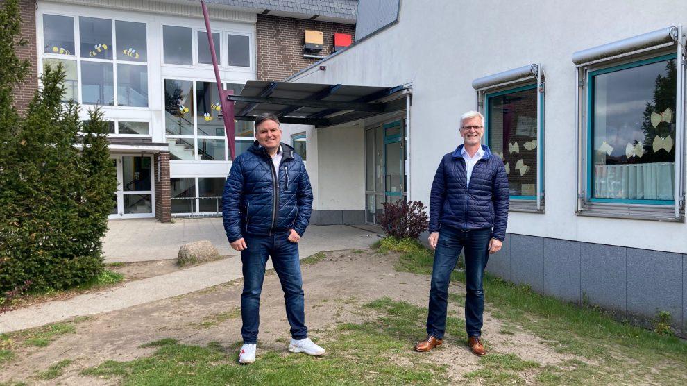 André Schwegmann und Thorsten Peters an einem möglichen Standort für die neue Mensa in Hollage-Ost. Foto: CDW