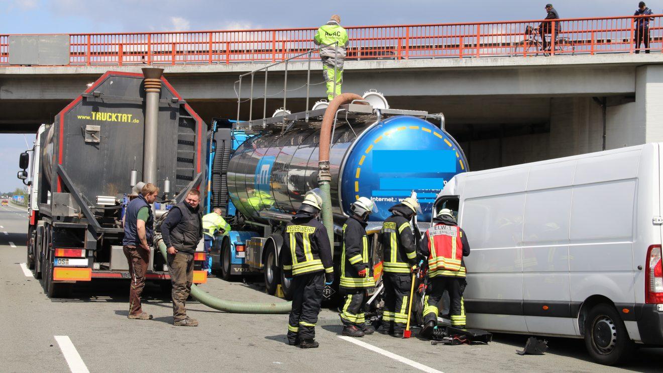Schwerer Verkehrsunfall zwischen Wallenhorst und Bramsche mit Vollsperrung der A1 am Mittwochnachmittag mit Einsatz der Feuerwehr Wallenhorst und eines Rettungshubschraubers. Foto: Marc Dallmöller