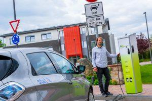 Klimaschonende Mobilität: Stefan Sprenger lädt ein Carsharing-Auto an der E-Ladesäule im Ruller Zentrum. Foto: André Thöle / Gemeinde Wallenhorst