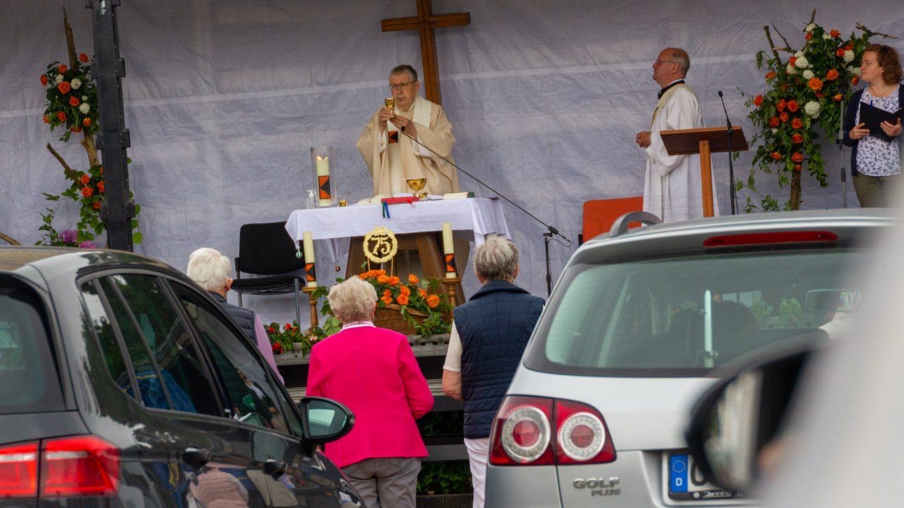 Reinhard Molitor zelebriert den Auto-Gottesdienst, mit dem die Kolpingsfamilie Hollage ihr 75-jähres Bestehen feiert. Foto: André Thöle / Kolpingsfamilie Hollage