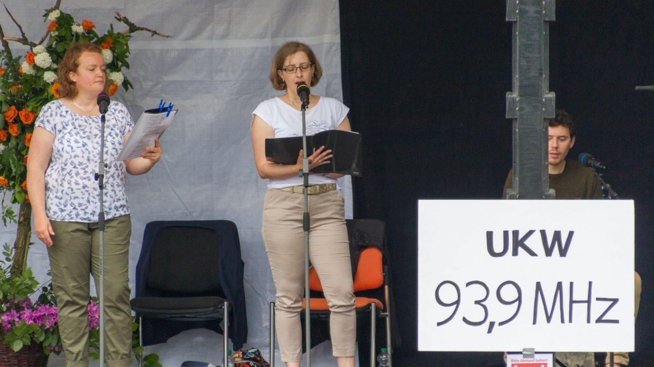"""Live im """"Kolping-Radio"""" auf 93,9: Barbara Reichelt, Beatrix Weber und Lars Otte (von links). Foto: André Thöle / Kolpingsfamilie Hollage"""
