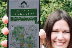 Die kommunale Fachberaterin Anna Peters präsentiert die interaktive Kita-Landkarte. Foto: Landkreis Osnabrück/Janna Fabian