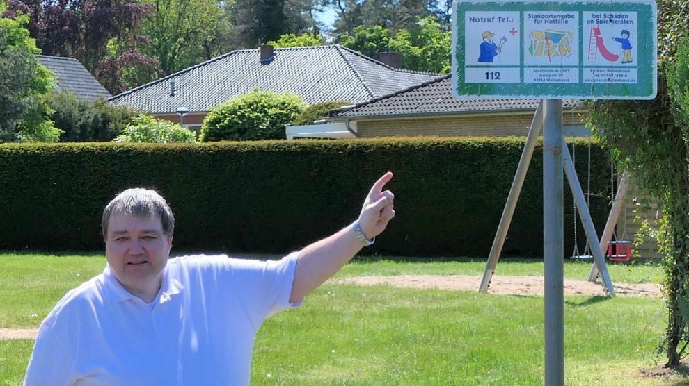Holger Pellmann vor einem Spielplatzschild in Wallenhorst. Foto: CDU Wallenhorst