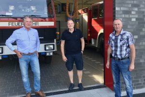 Freuen sich über den gelungenen Umzug: (von links) die Ratsmitglieder Hubert Pohlmann und Martin Lange sowie Ortsbrandmeister Ansgar Osterbrink. Foto: SPD Wallenhorst