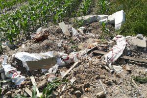 Dieser Bauschutt wurde in der Nacht zu Freitag illegal in einem Maisfeld in Lechtingen entsorgt. Die Polizei sucht Zeugen und Hinweise zum Müll. Foto: Polizei Bramsche/Wallenhorst