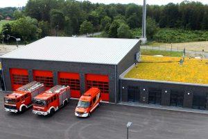 """Rote Tore, """"grünes"""" Dach: die neue Wache der Freiwilligen Feuerwehr Rulle. Foto: Feuerwehr Rulle"""