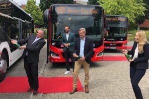 Bei der Taufe der neuen mild Hybridbusse für Wallenhorst: Dr. Winfried Wilkens, Daniel Marx, Otto Steinkamp und Anna Kebschull (von links nach rechts). Foto: Katrin Greywe © / Regio Bus Nord