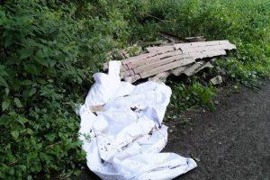 An einem Waldweg im Bereich Bramheide / Zum Ickerkolk entsorgten Unbekannte illegal Faserzementplatten und weiße Kunststofffolien. Foto: Polizei