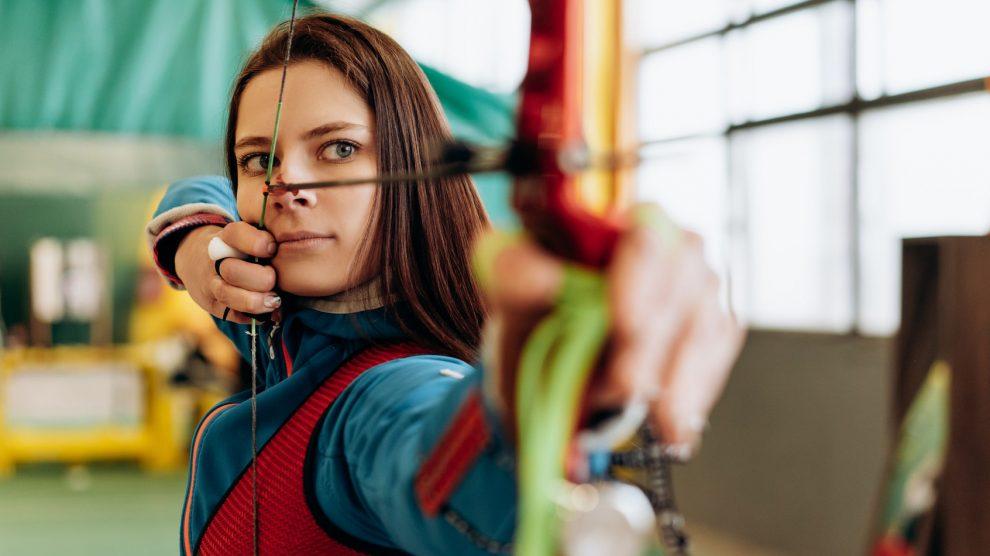 """Bogenschießen findet sich als separate Veranstaltung sowie als Teil des """"Boys/Girls go outdoor""""-Angebotes im Ferienspaßprogramm. Symbolfoto: Mikhail Nilov / Pexels"""