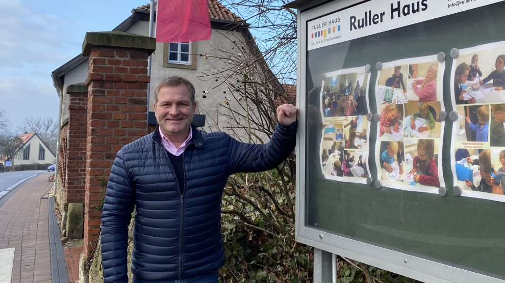 Der Landtagsabgeordnete Guido Pott vor dem Ruller Haus. Foto: Büro Guido Pott