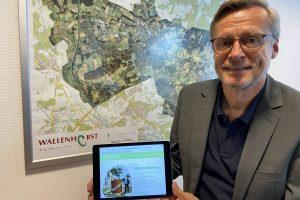 Otto Steinkamp präsentiert seine neue Internetseite, auf der er über seine Themen für die Gemeinde Wallenhorst informiert. Foto: privat