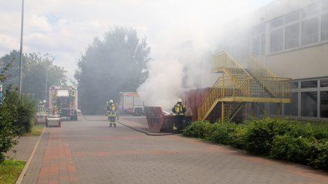 Die Feuerwehr Wallenhorst löscht den Containerbrand an der Alexanderschule am Freitagnachmittag. Foto: Marc Dallmöller / md-foto.com