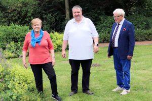 Marlies Robben, Holger Pellmann und Alfred Lindner (von links) im Garten des Dulings Hofs. Foto: CDU Wallenhorst