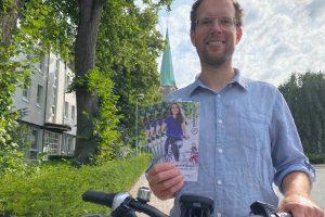 Wallenhorsts Klimaschutzmanager Stefan Sprenger lädt zum Stadtradeln ein. Ein Flyer, der an alle Haushalte verteilt wird und in einigen Geschäften ausliegt, informiert über die Details der Aktion. Foto: Gemeinde Wallenhorst