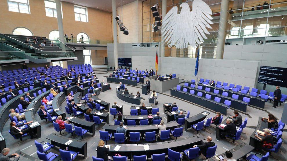 Einblick in den Plenarsaal des Bundestages. Foto: simonschmid614 / Pixabay