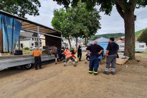 Unterstützung beim Entladen eines LKWs. Die Kooperation zwischen den Hilfsorganisationen funktioniert sehr gut. Foto: DRK Wittlage