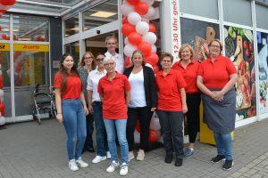 Rainer Höne (M.) ist der neue Betreiber des Markant-Markts in Wallenhorst-Rulle und freut sich, alle Kunden mit seinem Team zum neuen Sortiment zu beraten. Foto: Bünting Unternehmensgruppe
