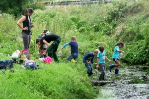 """Ferienspaßaktion """"Den Wassertieren auf der Spur"""". Foto: Gemeinde Wallenhorst"""