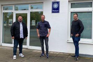 Patrick Bäune, Dirk Hildebrandt und Dominik Küttner von der CDU Wallenhorst vor der örtlichen Polizeiwache. Foto: Charlotte Garkalne