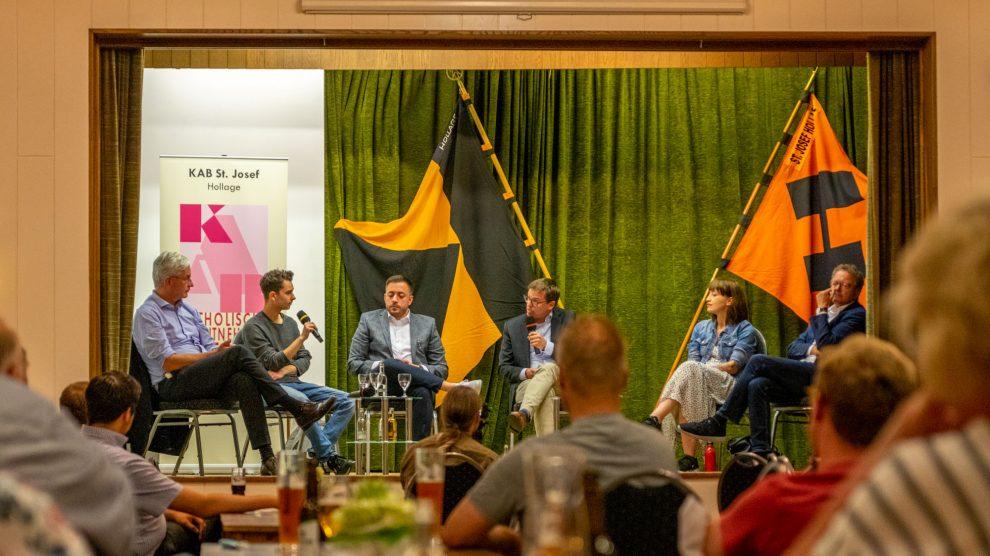 Diskutieren fair aber kontrovers (von links): Dr. Mathias Middelberg (CDU), Nemir Ali (FDP), Manuel Gava (SPD), Moderator Ulrich Waschki, Heidi Reichinnek (Die Linke) und Thomas Klein (Bündnis 90/Die Grünen). Foto: André Thöle