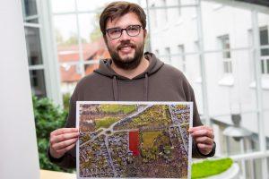 Elf Baugrundstücke vergibt die Gemeinde Wallenhorst in Nachbarschaft zum Bürgerpark, wie Martin Wendland vom Fachbereich Planen Bauen Umwelt hier zeigt. Foto: Gemeinde Wallenhorst