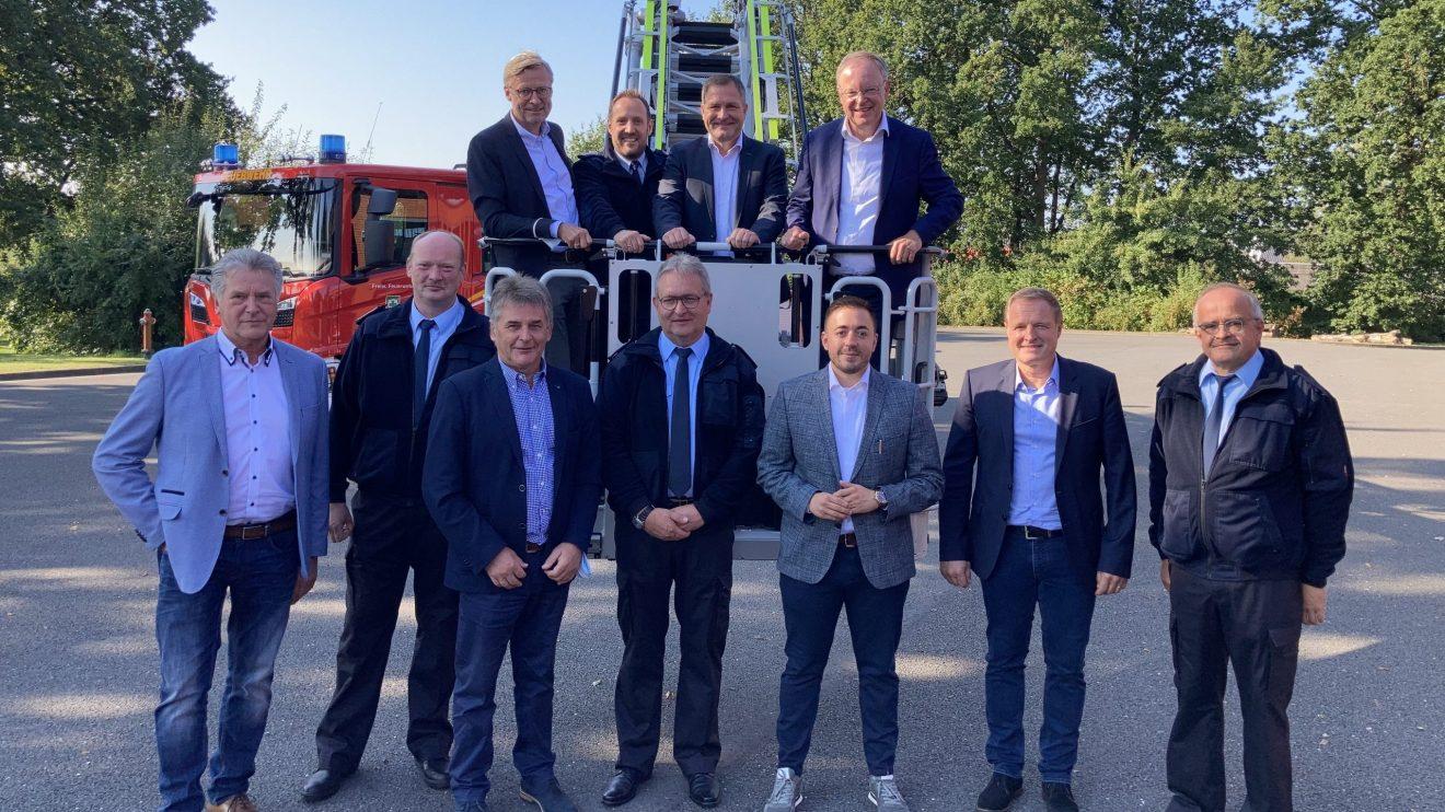 Die Kameraden der Freiwilligen Feuerwehr freuten sich mit den Vertretern aus Kommunal- und Landespolitik über den Besuch aus Hannover. Foto: Hendrik Chmiel / Büro Guido Pott