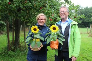 Zum 35-jährigen Bestehen des Ortsverbandes von Bündnis 90 / Die Grünen in Wallenhorst gratulieren Ellen Akkermann und Thomas Klein. Foto: Lilian-Ruth Sasse