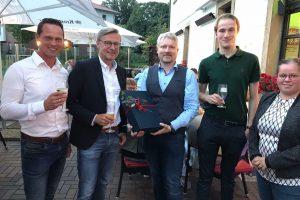Otto Steinkamp (2. von links) erhält Glückwünsche von der Wallenhorster FDP zur Wiederwahl als Bürgermeister von Wallenhorst. Foto: Markus Steinkamp
