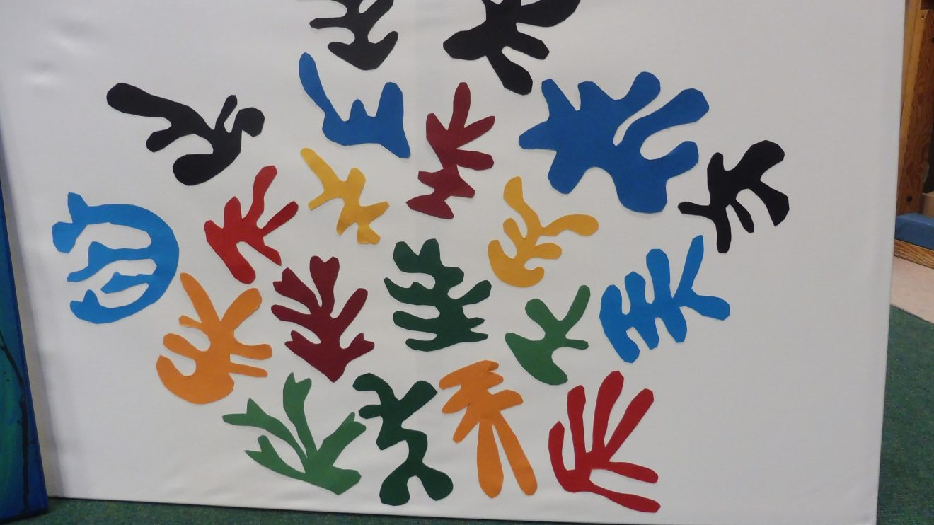 Farbenfrohe Kunstwerke: Auf ihre amerikanische Versteigerung warten insgesamt 12 Bilder, die Kinder der Andreas-Kita in Wallenhorst gestaltet haben. Der Erlös ist für die Hochwasserhilfe in Nordrhein-Westfalen bestimmt. Foto: Andreas-Kita / Cathrin Gerber