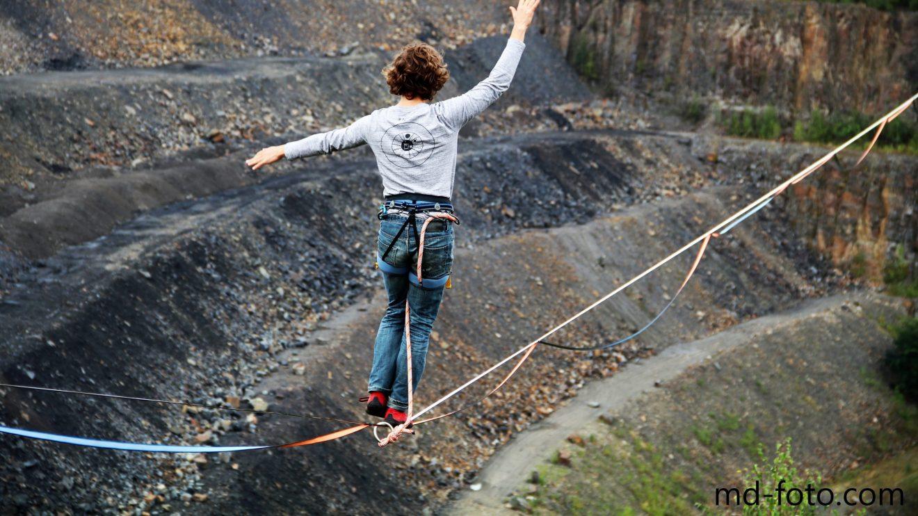 Auf dünnen Slacklines über den Steinbruch am Piesberg. Foto: Marc Dallmöller / md-foto.com