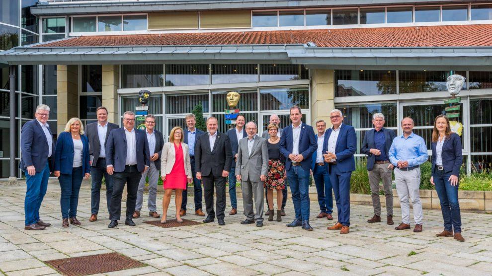 Die Bürgermeisterinnen und Bürgermeister der Landkreiskommunen mit ihrem scheidenden Sprecher Reinhard Scholz (4. von rechts) vor dem Wallenhorster Rathaus. Foto: André Thöle / Gemeinde Wallenhorst