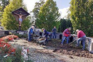 Ehrenamtliche der Kolpingsfamilie setzen die Grabstellen instand. Foto: Josef Thöle / Kolpingsfamilie Hollage